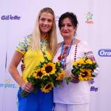 乌克兰的里约2016奥林匹克妇女` s马刀单独青铜色奖章获得者奥尔加Kharlan有她的母亲的 图库摄影