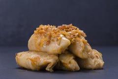 乌克兰盘-自创白菜卷滚动用米和肉在西红柿酱在黑板岩背景 免版税库存图片