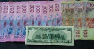 乌克兰票据和美元背景  免版税库存照片