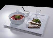 乌克兰红色罗宋汤用在陶瓷盘子的salo三明治 免版税库存照片