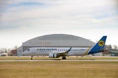 乌克兰航空公司波音737-800在里加国际机场,拉脱维亚登陆了 免版税库存照片