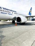 乌克兰航空公司美好的快速的白色喷气机与引擎和翼的在跑道在机场 乌克兰,基辅,2019年4月17日 免版税库存图片