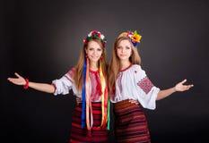 乌克兰衣裳的少妇 免版税库存图片