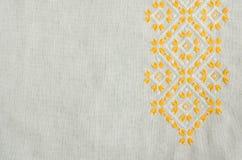 乌克兰语被绣的民间样式装饰品 种族纹理设计  由黄色和白色螺纹的被绣的元素 免版税库存图片