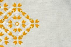 乌克兰语被绣的民间样式装饰品 种族纹理设计  由黄色和白色螺纹的被绣的元素 图库摄影