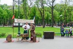 乌克兰音乐家夫妇和人民 免版税库存图片