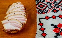 乌克兰食物开胃切片salo在黑暗的厨房用桌上说谎 免版税库存照片