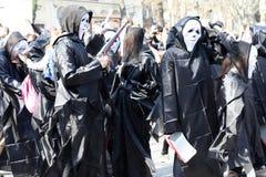 乌克兰,傲德萨- 2019年4月1日:幽默和笑声,幽默,服装的年轻人的庆祝从电影尖叫 傻瓜 库存图片