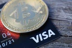 乌克兰,克列缅丘格- 2019年3月:在信用卡的金黄Bitcoin 库存图片