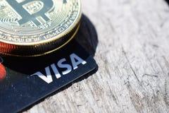 乌克兰,克列缅丘格- 2019年3月:在信用卡的金黄Bitcoins 免版税库存图片