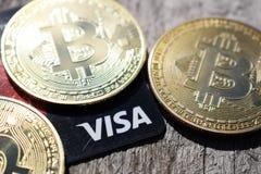 乌克兰,克列缅丘格- 2019年3月:在信用卡的金黄Bitcoins 免版税库存照片