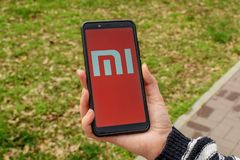 乌克兰,克列缅丘格- 2019å¹´4月:在智能手机屏幕上的小米MI商标 免版税库存照片