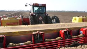 乌克兰,切尔卡瑟州,2019年5月5日:特写镜头,机械化的机器potatoe种植的过程 有专辑的大拖拉机 影视素材
