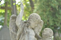 乌克兰,利沃夫州, Lychakivskiy公墓9月26日2011年:以天使和人的形式石纪念碑雕象 库存照片