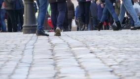 乌克兰,利沃夫州-可以16 :走在城市街道上的人匿名人群通勤在家在工作以后 都市的商业 股票视频