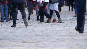 乌克兰,利沃夫州-可以16 :走在城市街道上的人匿名人群通勤在家在工作以后 都市的商业 股票录像