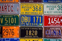 乌克兰,利沃夫州- 2019年5月:表面做了各种各样的美国汽车许可证板材,在墙壁在利沃夫州,乌克兰 免版税库存图片