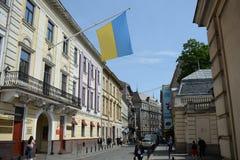 乌克兰,利沃夫州- 5月,2019旗子杆的乌克兰在大厦墙壁上在利沃夫州 库存图片