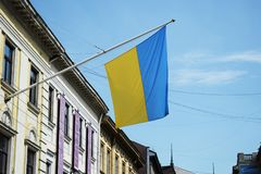 乌克兰,利沃夫州- 5月,2019旗子杆的乌克兰在大厦墙壁上在利沃夫州 免版税库存图片