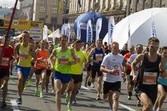乌克兰,基辅, Intersport乌克兰10 09 2017年马拉松连续种族、人脚在路,体育,健身和健康 库存照片