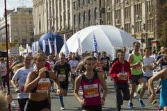 乌克兰,基辅, Intersport乌克兰10 09 2017年 马拉松连续种族,在路的人脚 库存图片