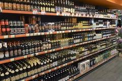 2014年乌克兰,基辅, silpo,啤酒产品陈列室在supe的 库存图片