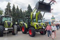 乌克兰,基辅- 2016年6月10日:在展览国际农业的和工业的陈列附近的访客 库存图片