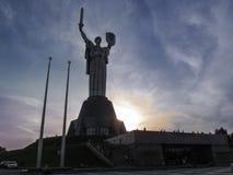 乌克兰,基辅- 2017年9月17日:祖国母亲的纪念碑日落背景的 免版税库存照片