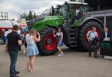 乌克兰,基辅- 2016年6月10日:在展览国际农业的和工业的陈列附近的访客 免版税库存照片