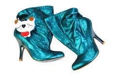 乌克兰,基辅- 2011年8月30日:妇女发光的皮肤绿松石` s起动  脚腕起动,穿上鞋子时兴的产品,隔绝在白色 库存照片