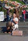 乌克兰,基辅- 9月10,2013 :播放djembe, c的人 免版税库存图片