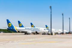 乌克兰, Borispol 在飞行以后的波音737-300航空器,卸载行李在Borispol国际机场 库存图片