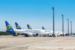 乌克兰, Borispol 在飞行以后的波音737-300航空器,卸载行李在Borispol国际机场 库存照片