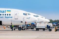 乌克兰, Borispol - 5月22 :卸载的行李航空器在Borispol 2015年5月22日的国际机场在Borispol, Ukrain 免版税图库摄影