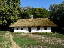 乌克兰, Pyrohiv基辅- 2017年9月17日:有白色墙壁、茅屋顶和四小胜利的一个大乌克兰地道房子 免版税库存图片