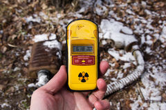 乌克兰 切尔诺贝利禁区 - 2016年 03 19 在积雪的面具背景的放射性剂量仪  库存图片