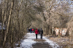 乌克兰 切尔诺贝利禁区 - 2016年 03 19 漫步通过一个被放弃的村庄的游人 免版税库存图片