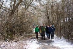 乌克兰 切尔诺贝利禁区 - 2016年 03 19 漫步通过一个被放弃的村庄的游人 免版税库存照片