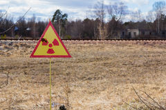 乌克兰 切尔诺贝利禁区 - 2016年 03 19 辐射污染的标志在Prypat附近的 免版税库存图片