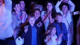 乌克兰 利沃夫州 05 01 2018展示` s爱好者在一婚礼之日 愉快的观众跳舞与迷人艺术家 动态 影视素材