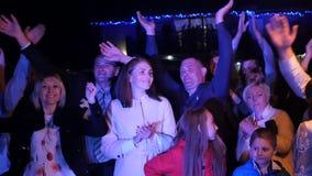 乌克兰 利沃夫州 05 01 2018展示` s爱好者在一婚礼之日 愉快的观众跳舞与迷人艺术家 动态 股票录像