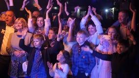 乌克兰 利沃夫州 05 01 2018展示` s爱好者在一婚礼之日 愉快的观众跳舞与迷人艺术家 动态 股票视频