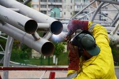 乌克兰- 2017年5月06日:焊接在金属结构焊接运作 一位电焊工在脚手架运转 免版税库存图片