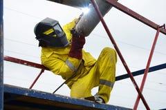 乌克兰- 2017年5月06日:焊接在金属结构焊接运作 一位电焊工在脚手架运转 免版税库存照片