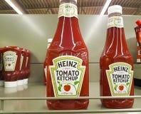 乌克兰2月03日2017年基辅海因茨在超级市场货架的蕃茄酱瓶子 免版税库存图片