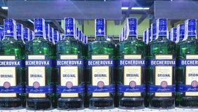 乌克兰2月03日2017年KievBottle在超级市场货架的Becherovka 免版税图库摄影
