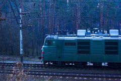 ?? 乌克兰03 16 驾驶沿与无盖货车的forestrailway货车的2019年 免版税图库摄影