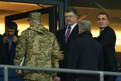 乌克兰总统VIP箱子的Petro波罗申科和保镖在UEFA欧罗巴16秒腿比赛前同盟回合  库存照片