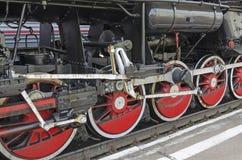 乌兰乌德,俄罗斯- 2014年7月, 16 :老葡萄酒蒸汽机车Ea系列轮子在驻地的在俄罗斯 库存照片