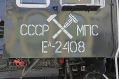 乌兰乌德, RU 7月, 16 2014年:葡萄酒在无盖货车标记的蒸汽机车铁道部和serie的象征  库存图片